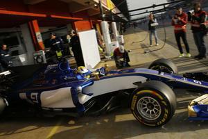 Marcus Ericsson rullar ut ur depån i Barcelona.