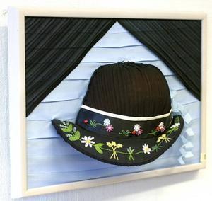Veckad tredimensionell hatt av Lena Edgar.