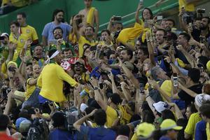 Neymar firar med fansen på Maracanastadion efter OS-guldet.