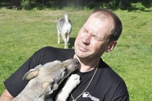 Hit men inte längre. Valpen Crille försöker pussa Fredrik Boström men han vill inte ha hundar i ansiktet.
