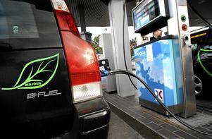 Anläggningen producerar biogas för fordon, inte för el och värme, påpekar skribenten.