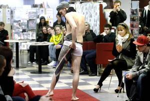 vågad. Robin Färlén strippade nästan in i bara mässingen för att visa upp sin kroppskonst.