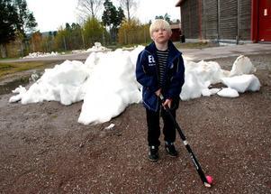 Väntar på vintersäsongen i Arenan. Emil vill träna skridskoåkning på egen hand.