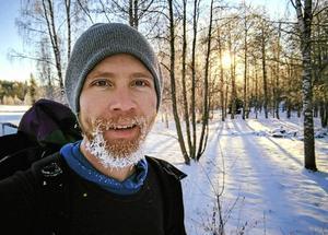 David Roxendal är en av grundarna till Permakultur Stjärnsund, ett centrum för permakulturutveckling. Under fem år vände han på sitt liv som lägenhetsbo till en mer självförsörjande livsstil. Han bor i ett egenbyggt hus och spenderar nästan alla sina vakna timmar utomhus. Maten odlas på tidigare oanvänd mark som han lagar i utekök.