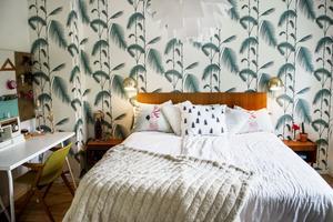 Sovrummet har en lugn tropisk känsla.