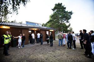 Ju senare kvällen blev desto fler dök upp på dansbanan på Ön i Hedesunda för att se dansbanden Larz-Kristerz och Black Jack spela.