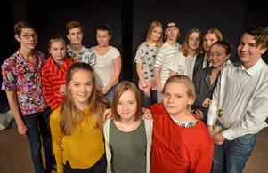 Premiärdags för åttorna på Söderbaumska skolan! Längst fram står Johanna Englund (i gult) och Melker Berg som i musikalen