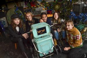 Roboten Gorby tillsammans med Felice Jankell, Eva Rydberg, Naima Palmaer, Monna Orraryd och Vincent Wettergren som alla gör olika roller i årets julkalender