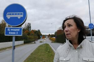 Trots förbud mot biltrafik kör många på Vallgatans södra del ändå. Att kommunen nu vill öppna gatan för bilar tycker Cecilia Ekenberg som bor i närheten är ett mycket dåligt beslut.