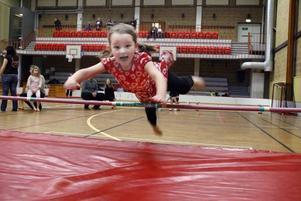 Ida Laurin, fem år, provar höjdhopp och tar till den klassiska dykstilen. Valbo AIF lockade barn och vuxna att prova både inom- och utomhusidrott under sin aktivitetsdag på lördagen.