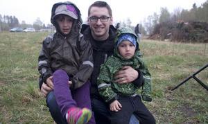 Kristijan Pavlovic kom med sina barn Laura, 5 år, och Viktor, 3 år.