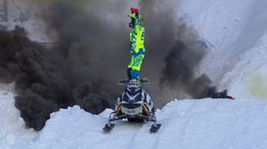 Adam Renheim firar segern framför röken av en pyroteknikpjäs.