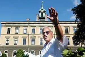 Foto: LASSE HALVARSSON Visionär. Mats Öström vill utnyttja det vackra rådhuset bättre. Flyttar man in politikerna och tjänstemännen dit så kan de komma närmare folket, tror han.