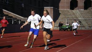 David och Emma från SP2 i den rafflande stafetten.