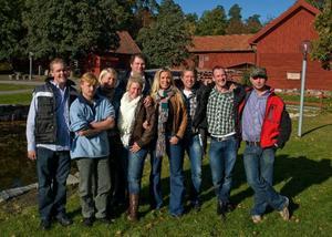 """Årets bönder i """"Bonde söker fru"""": Kenneth Hultkvist, Roger Karlsson, Thilde Höök, Elin Torstensson, Karl-Magnus """"Kalle"""" Pettersson, Per-Jörgen """"Pecka"""" Östling, Jan-Olof """"Janne"""" Hansson och Mikael Karlsson. Med på bilden är även programledaren Linda Isacsson.Foto: Maja Suslin / SCANPIX"""