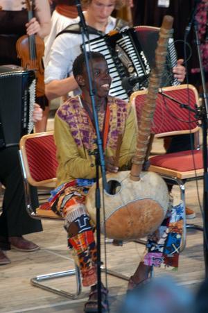 Populär. Joel från Uganda fick buga flera gånger efter sitt bejublade framträdande.