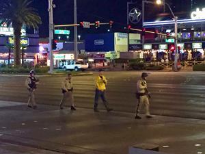 Tungt beväpnad polis på den annars öde strippen efter masskjutningen.