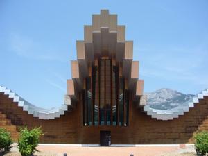 Detta är en av många bodegor(vingårdar) i Riojas vindistrikt med ny arkitektur. Allt för dra åt sig turister! Just denna ska återspegla de Cantabriska bergen som skymtar i bakgrunden. Häftigt!