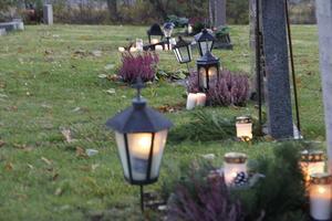 I rad efter rad lyste lyktor och ljus upp på kyrkogården i Arboga.