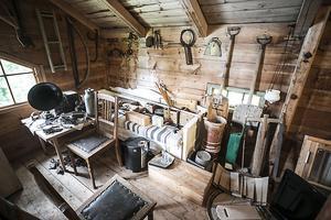 I spannmålsförrådet finns det kvar en del föremål som är sparade från den gamla gården.