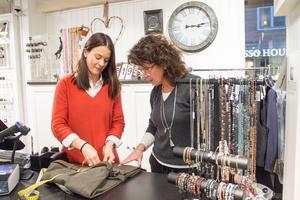 Byxan ska fållas, något som ingår i servicen hos Sandegårds. Linnea Strand och butiksägaren Tina Hammarberg resonerar.
