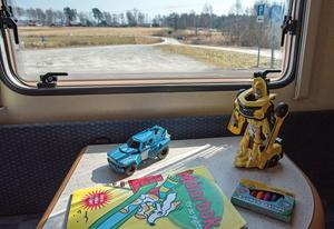 Leksaker finns redan på plats i husvagnen inför nästa resa.