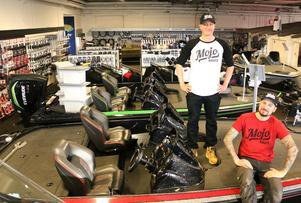 Redo att kasta loss. Erik Ohlsson och Albin Sharghi har bråda dagar inför nästa veckas invigningsmässa. Nu blir det försäljning av sportfiskebåtar i det gamla Volkswagen-museet.