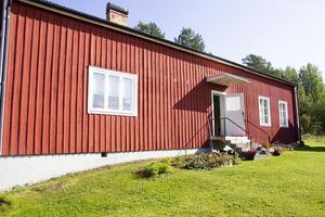 På det röda huset är originalfarstukvisten borttagen. Den finns idag på hembygdsgården i Färila.