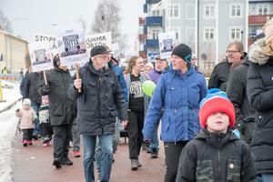 Det blev en god uppslutning när en demonstration hölls mot nedläggning av Djura skola.