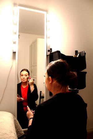Olivia fixar till make up-en.