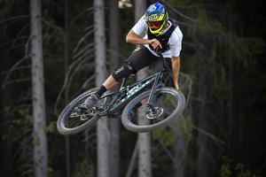 Philip Lundman visar hur det kan se ut om man har lagt ner några timmar på att cykla downhill.