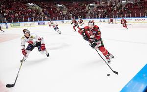 Ishockey är en snabb sport där det förekommer kroppskontakt och kamp. FOTO: Andreas Hillergren/TT