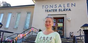 Nu på lördag (14 september) visar Teater Sláva en barnföreställning på cirka 35 minuter. Den handlar om en liten cirkus som anländer till förskolan för att sätta upp en stor föreställning. Men cirkusdirektörens förväntningar verkar inte riktigt stämma med verkligheten och cirkusarbetarna får det hett om öronen. Istället skapar de tillsammans med gosedjuren en Liten föreställning med musik och dans. På bild Maria af Klintberg, chef för Teater Sláva.