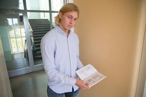 """Fem exemplar av Sam Bingmarks bok """"Vår digitala värld"""" gick åt när Prins Daniels fellowship besökte Täljegymnasiet."""