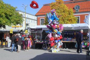 Självklart ska det finnas ballonger på en marknad.
