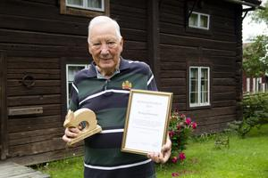 Alve Larsson, 86, med Rengsjöharen och diplom.