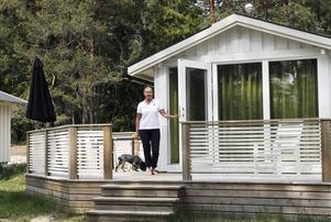 Campingstugorna har renoverats och tanken är att de nu ska kunna användas även på våren och hösten, i stället för bara under sommaren. Med den höjda standarden kallas de numera mini-chalets eller hotellstugor. I en av hotellstugorna kan gäster som vill ta med sig husdjur, visar platschef Lena Sundin som har besök av hunden Tilda över dagen.