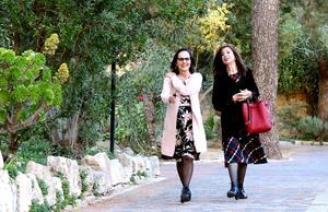 Anita Goldman och Judith Rotem i Notre Dame de Sions klosterträdgård i Ein Karem.