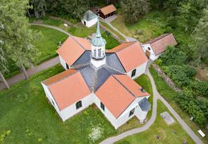 Boo kyrka sedd från ovan. Det är lätt att se att det nya växthuset på Boo fått sin form efter kyrkan.