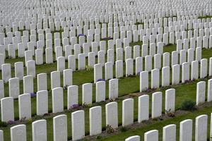 På Tyne Cot-kyrkogården i Ypern i Flandern ligger kvarlevorna av 12 000 soldater  - merparten oidentifierade. På minnestavlorna hedras ytterligare 30 000 döda, vars kvarlevor aldrig hittats. Foto: Wiktor Nummelin / TT /