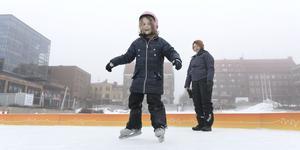 Sigrid Löfgren gillar att åka skridskor på isbanan vid Stortorget. Jenny Lindholm tittar på i bakgrunden.
