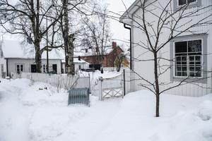 Till huset hör även ett litet gårdshus där Helena har sin ateljé och verkstad samt ett litet gästhus med bastu.