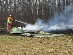 Ett uthus totalförstördes i en brand i Folkärna i Avesta kommun på måndagsförmiddagen.