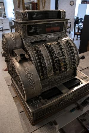 Till och med kassan är gammaldags och ett gammalt auktionsfynd.