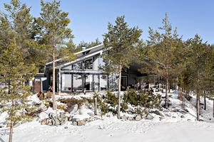 Stora glaspartier med utsikt över havet. Utgångspriset för villan är 3 750 000 kronor. Foto: Daniel Håkansson