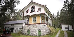 – När boningshuset fick nytt golv 1944 byggdes matboden om till en tillfällig bostad och sedan dess varit en sommarbostad. Huset är idag K-märkt, säger Gösta Ekström.