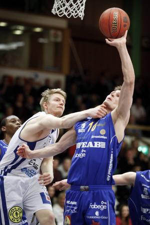 Johan Rönström spelar elakt försvar i Jämtlandslinnet tidigt 2013. Frågan är när han kan vara tillbaka på basketplanen igen.