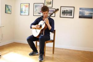 Titus Oxenstierna är delvis uppväxt i Roslagsbro. Han spelar gitarr under söndagen.