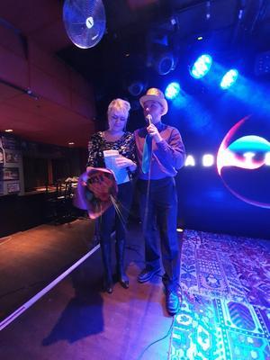 Föreningens ordförande Lars Persson tackar kvällens gästtalare Zandra Zinner som delgav oss sin diabeteshistoria!  Foto: Karl Wiklund