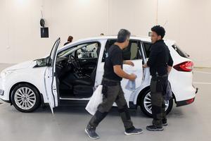 Abdullahad Alizadeh och Habtom Kesete fixar den invändiga rengöringen.